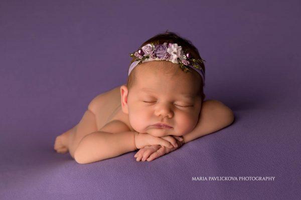 hands on chin pose newborn photography Zagreb